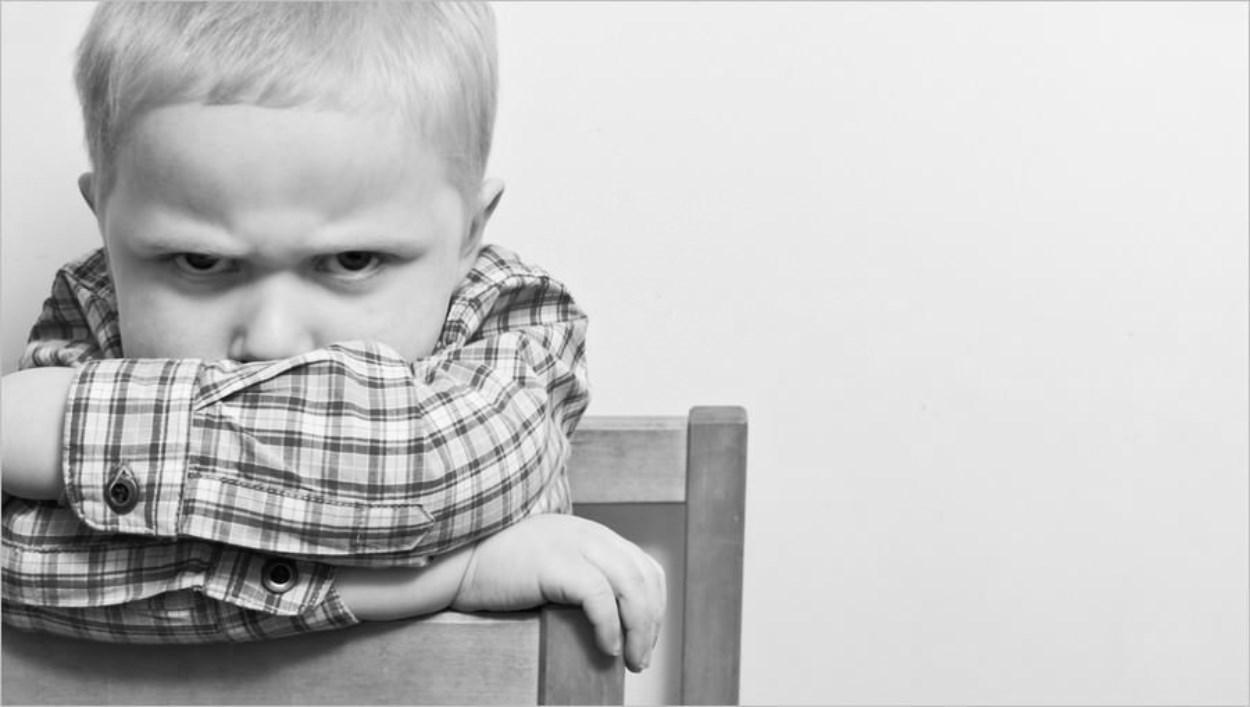 Enfant en colère qui boude