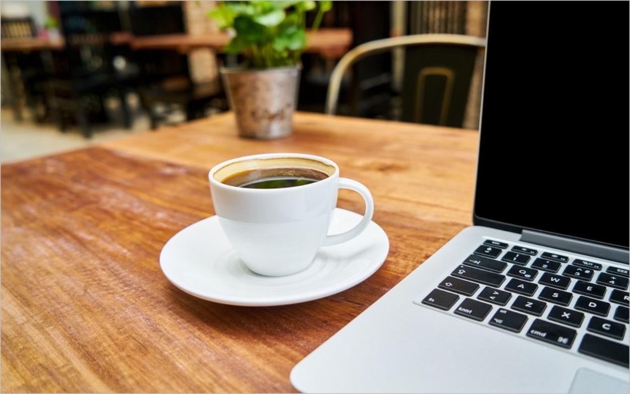 Ordinateur et tasse à café