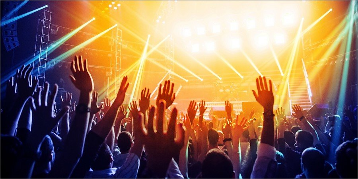 Être au milieu de la foule dans un concert