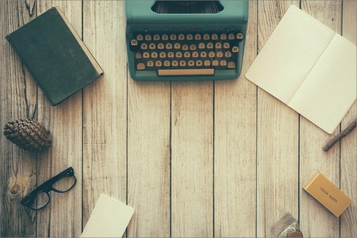 Un joli bureau avec une machine à écrire
