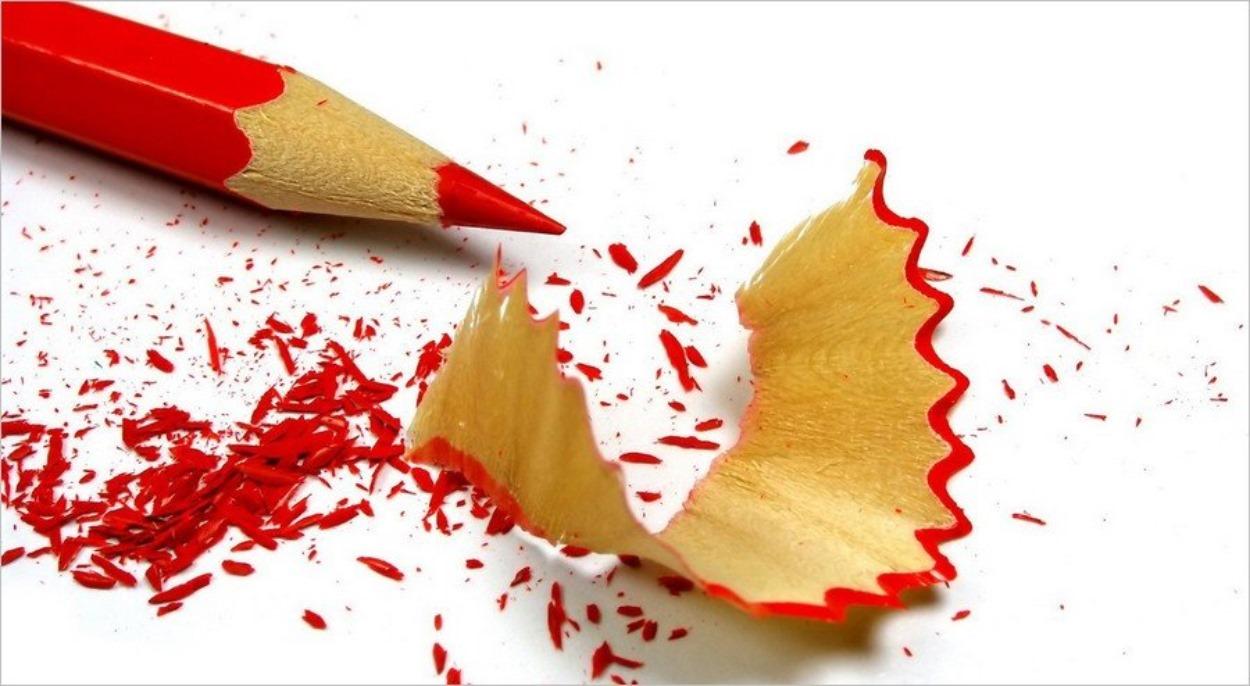 Crayon de couleur rouge taillé