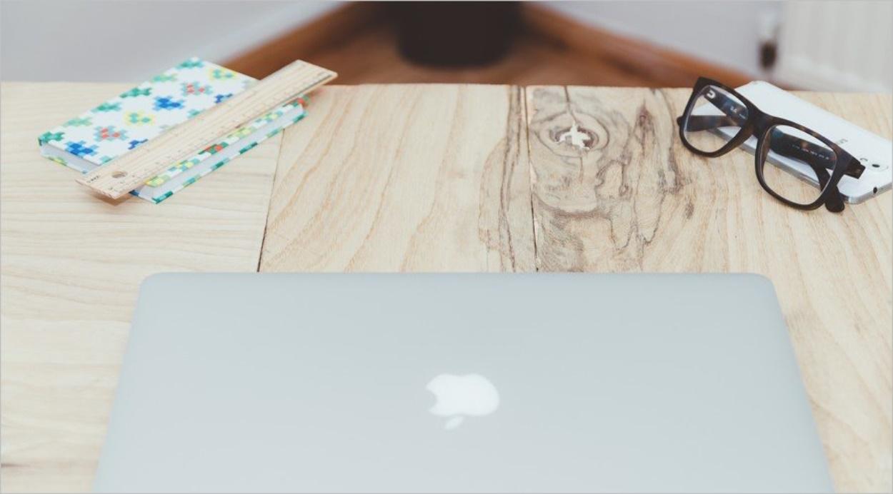 Un ordinateur fermé posé sur un bureau