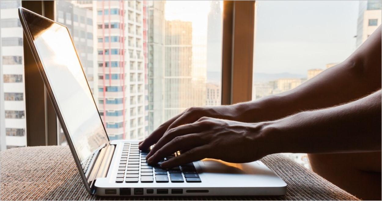Blogueur pianotant sur un clavier d'ordinateur portable