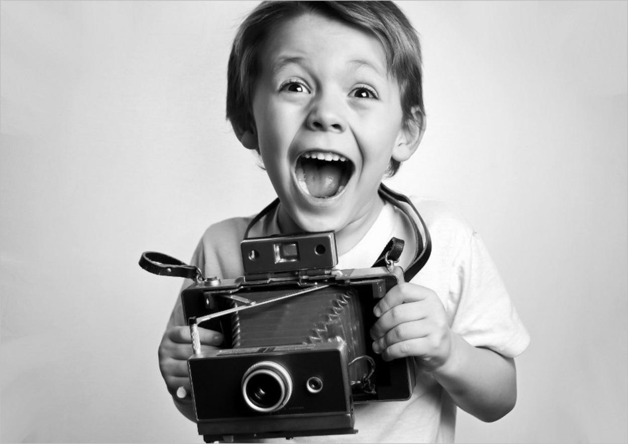 Un enfant qui tient un appareil photo