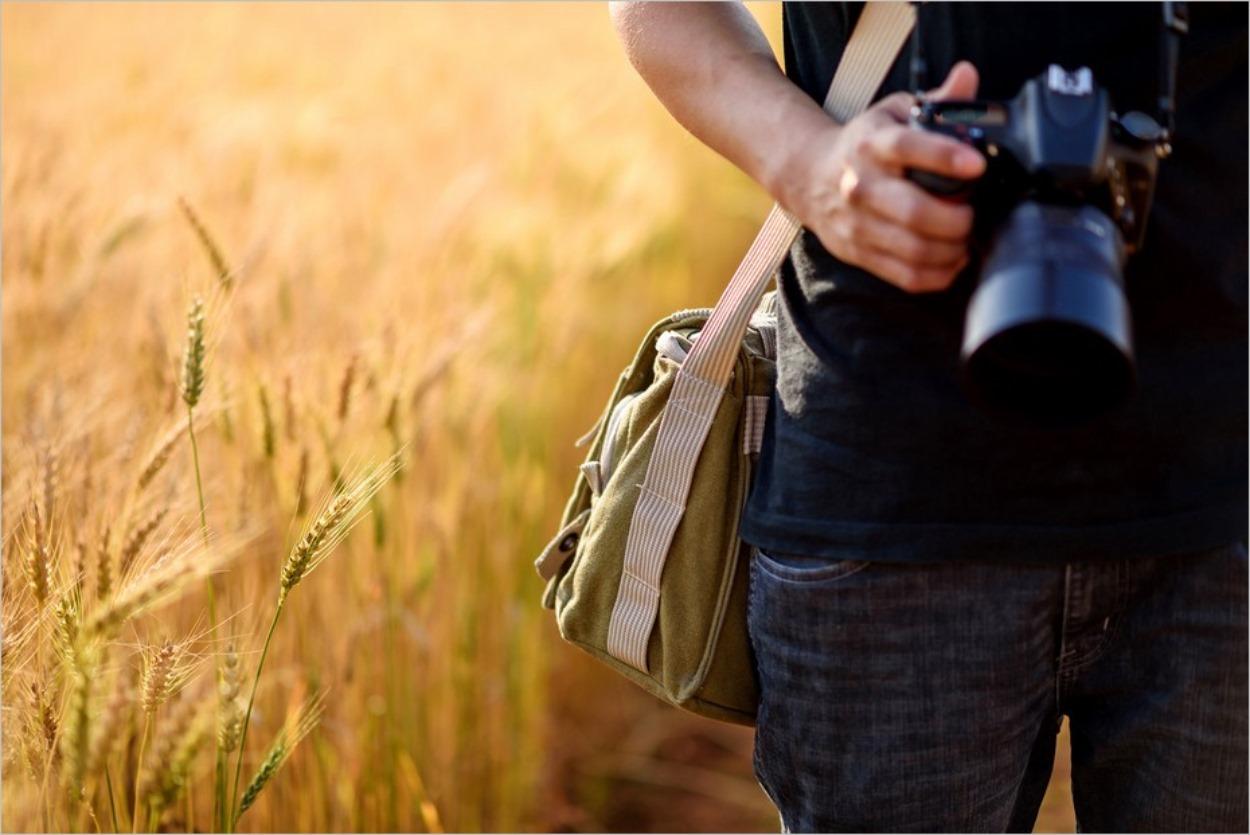 Un photographe dans un champ de blé