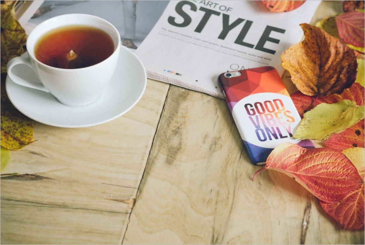 Un journal, quelques feuilles mortes, un thé