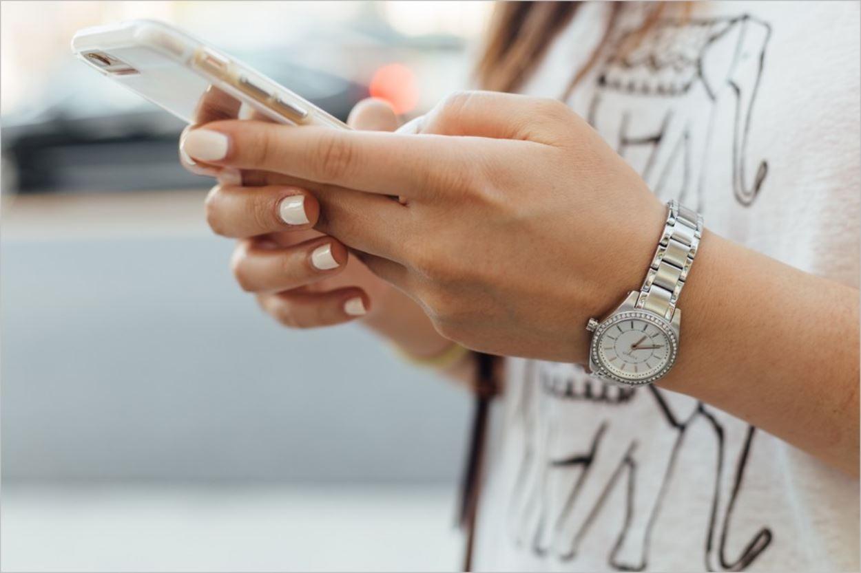 Blogueuse tenant un smartphone