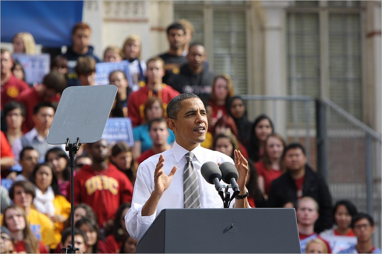 Barack Obama en plein discours au micro