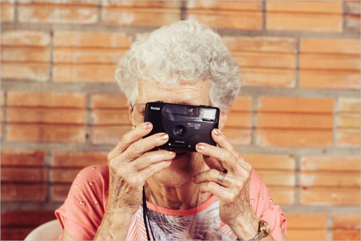 Personne âgée tenant un appareil photo